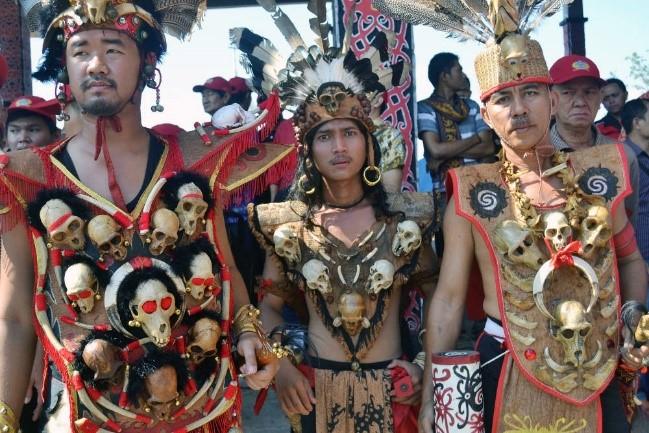 Keunikan Pakaian Adat Kalimantan Barat 2
